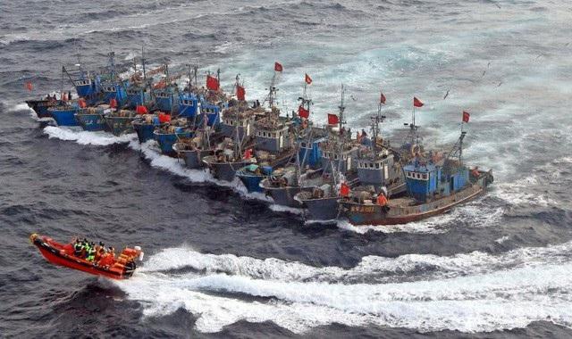 Lực lượng cảnh sát biển Hàn Quốc từng nhiều lần điều tàu ra chặn các tàu cá Trung Quốc đánh bắt trái phép (Ảnh: AFP)
