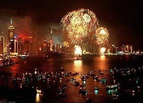 """Đảo quốc sư tử Singapore cũng là một trong những nơi đón Giáng Sinh và Năm mới náo nhiệt, sôi động nhất Châu Á. Ngay từ giữa tháng 12, không khí Noel đã bắt đầu bùng nổ. Khách du lịch bắt đầu đổ về. Khắp các tuyến phố trên hòn đảo xinh đẹp này đều bừng sáng và lộng lẫy như xứ sở thần tiên trong chuyện cổ tích. Những bữa tiệc ngoài trời, những buổi diễu hành quy mô lớn hoặc các hoạt động giải trí sôi động cũng được tổ chức xuyên suốt mùa lễ hội. Và đặc biệt, """"đại tiệc"""" pháo hoa bên vịnh Mariana cũng là điểm đến """"không thể bỏ lỡ"""" của tất cả người dân và du khách trong thời khắc bước sang Năm mới."""