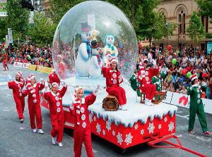 """Đặc biệt, sự kiện """"Carols hy Candlelight"""" trong dịp lễ Giáng sinh đã trở thành nét văn hóa không thể thiếu của Úc. Chương trình biểu diễn đặc sắc này được tổ chức tại hai nhà hát lớn nhất nước Úc: nhà hát Con sò Sydney và nhà hát Melbourne, tại các nhà thờ, trường học và các trung tâm nổi tiếng như Hyde Park, đồi Surry Hills, Rosebery... và được truyền hình trực tiếp khắp đất nước."""