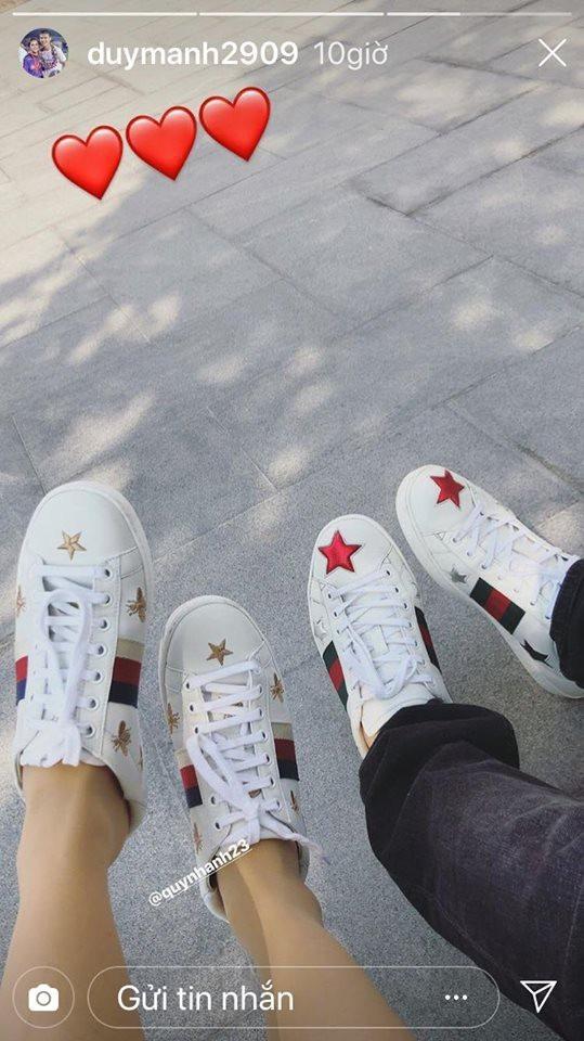 Duy Mạnh cũng kín đáo đăng bức hình giày đôi cùng bạn gái lên trang story của Instagram.