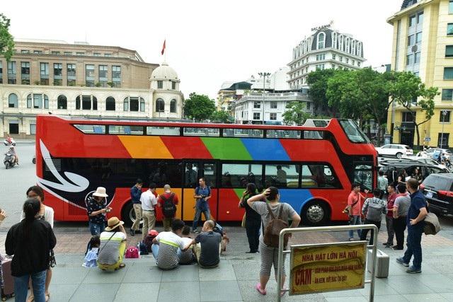 Trước đó ngày 30/5, Hà Nội khai trương tuyến buýt hai tầng đầu tiên với tên gọi City Tour. Xe đi qua 25 phố với 13 điểm dừng, đưa khách đến 30 điểm tham quan của thủ đô. Sau hơn 5 tháng hoạt động, tuyến buýt hai tầng được đánh giá chưa hiệu quả vì lượng khách sử dụng ít. Theo Sở GTVT Hà Nội, trong tháng 7 trung bình chỉ đạt 6,9 hành khách mỗi lượt, nguyên nhân là do số lượng xe ít, giá vé cao và sản phẩm mới.