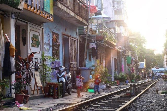 """""""Xóm đường tàu"""" cũng được du khách xếp là một trong những điểm tham quan lý tưởng nhất định phải đến khi du lịch ở Hà Nội. Ảnh: Thanh Thúy"""