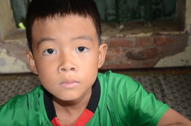 Bố bỏ rơi, mẹ đột ngột qua đời, bé 7 tuổi lay lắt sống cùng ông bà ngoại già yếu - 1