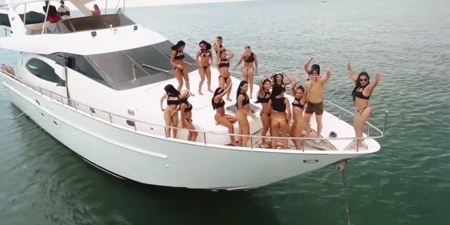 Du thuyền sang trọng chào đón du khách với những cô gái nóng bỏng