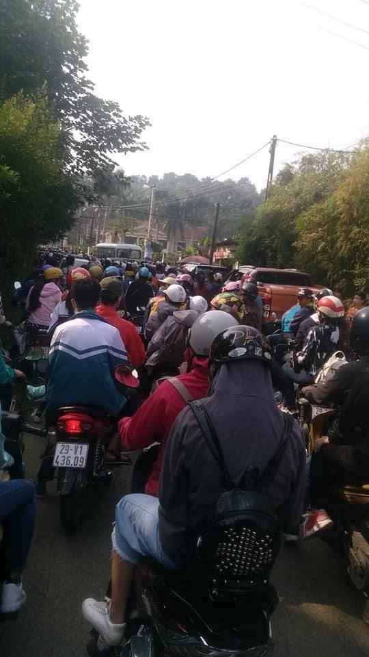 Cảnh đông đúc, nghẹt thở ở Ba Vì. Ảnh: Dương Quang Hưng