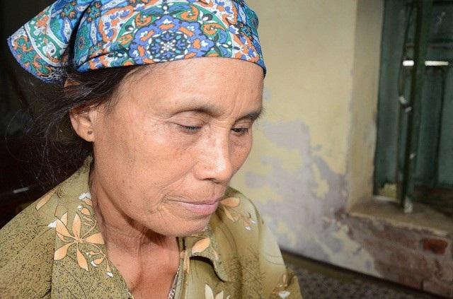 Bà Vũ Thị Gái (bà ngoại bé Khang) năm nay 64 tuổi, bà bị tràn dịch khớp gối, và kém mắt từ nhỏ.