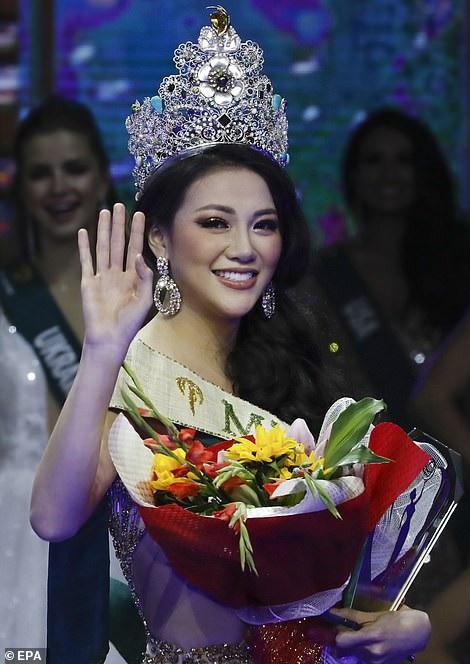Phương Khánh còn nhận thêm 3 giải phụ từ các nhà tài trợ, sau đó cô chia sẻ cảm xúc hạnh phúc và xúc động khi nhận các giải này
