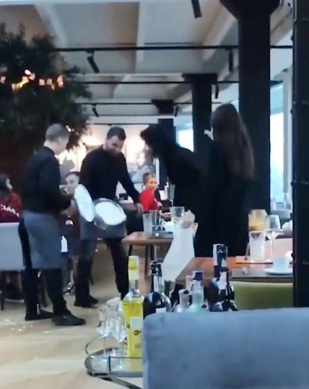 Cuộc khẩu chiến giữa nhân viên và thực khách đã nổ ra ngay khi nhà hàng đang đông khách