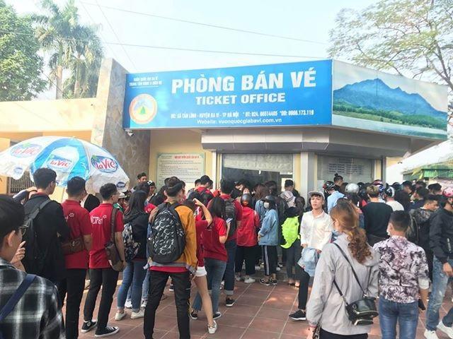 Hàng đoàn người mệt mỏi, sốt ruột chờ đợi đến lượt trước quầy bán vé. Ảnh: Facebook Anonymous