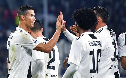 C.Ronaldo ăn mừng bàn thắng cùng đồng đội