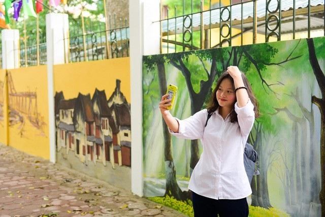 """Bức tường còn được mệnh danh là """"bức tường sống ảo"""", thu hút đông du khách đến tham quan, chụp ảnh. Ảnh: Toàn Vũ"""