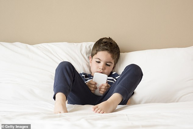 """Một nghiên cứu về trẻ em """"zombie"""" ở Anh cho thấy chúng dành tới hơn 5 tiếng mỗi ngày cho các thiết bị điện tử."""