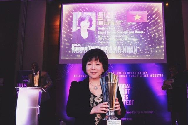 """Nữ viện sĩ Nguyễn Thị Thanh Nhàn là người Việt Nam đầu tiên nhận giải thưởng xuất sắc nhất """"Ý tưởng, mô hình và hệ thống tích hợp về quốc gia thông minh nhất thế giới""""cùng danh hiệu """"CEO có tầm nhìn xuất sắc nhất về Quốc gia thông minh."""