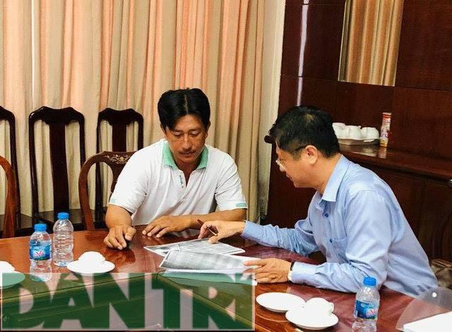 Ông Trương Quang Hoài Nam cùng ông Nguyễn Cà Rê rà soát lại hồ sơ (ảnh Phạm Tâm)