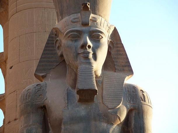 Bức tượng khắc họa Ramesses II trước cửa ngôi đền Luxor