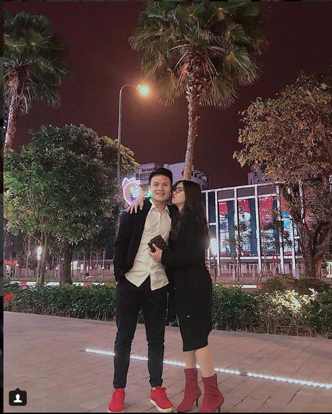"""Những khoảnh khắc """"tình bể bình"""" của cầu thủ U23 Việt Nam với bạn gái - 7"""