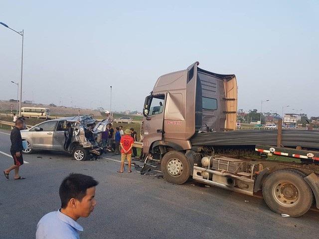 Hiện trường vụ tai nạn thảm khốc ngày 19/11/2016 trên cao tốc Hà Nội - Thái Nguyên do xe Innova đi lùi đã khiến 4 người tử vong.