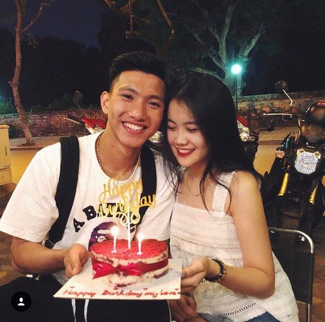 """Những khoảnh khắc """"tình bể bình"""" của cầu thủ U23 Việt Nam với bạn gái - 9"""