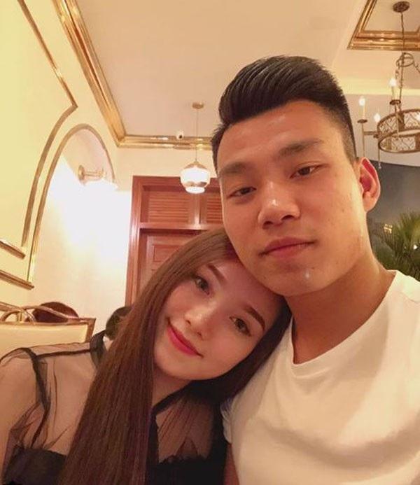 """Những khoảnh khắc """"tình bể bình"""" của cầu thủ U23 Việt Nam với bạn gái - 4"""