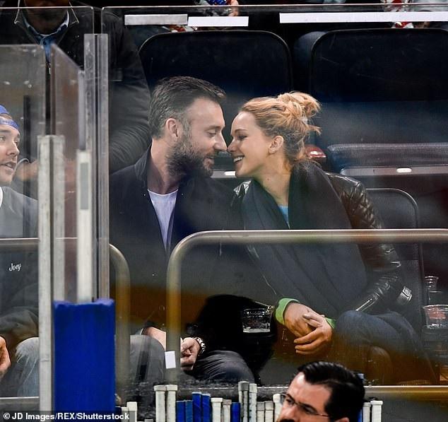 Jennifer Lawrence cùng bạn trai mới đi xem một trận khúc côn cầu trên băng ngày 5/11 vừa qua
