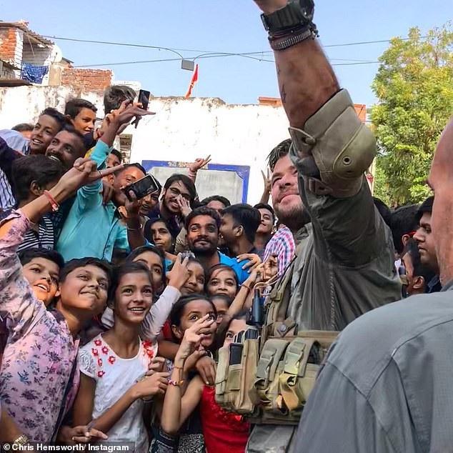 """Tài tử """"Thần Sấm"""" thân thiện chụp hình cùng fan trên đường phố Ấn Độ - 2"""
