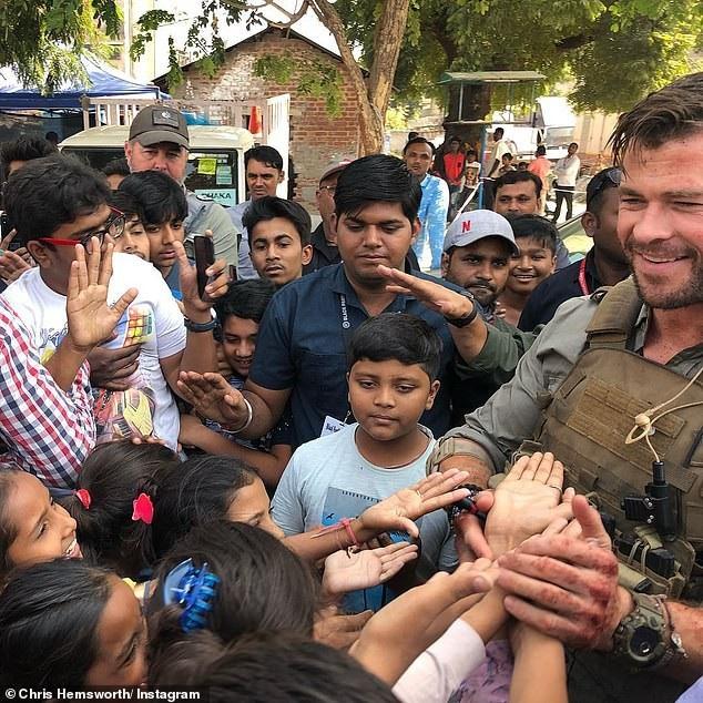 """Tài tử """"Thần Sấm"""" thân thiện chụp hình cùng fan trên đường phố Ấn Độ - 1"""