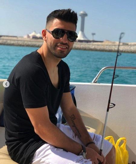 """Sergio Aguero hoá ra cũng là một danh thủ rất ưa chuộng thú vui """"nhẫn nại"""" này. Tiền đạo của Man City từng đi câu ở Miami và cả Blackpool. Hồi năm 2014, khi Sergio Aguero dính chân thương nặng, chàng cầu thủ người Argentina cũng chỉ có chiếc cần câu làm bạn."""