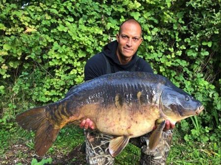 Bobby Zamora cũng sở hữu kĩ năng câu cá ấn tượng. Và thành tích xuất sắc nhất mà Bobby Zamora đạt được là một chú cá chép nặng tới 18kg.