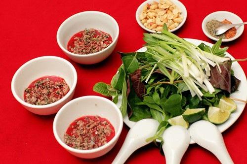 Món ăn này không qua bất cứ công đoạn nấu chín nào mà được ăn sống cùng rau thơm, hạt tiêu và chanh.
