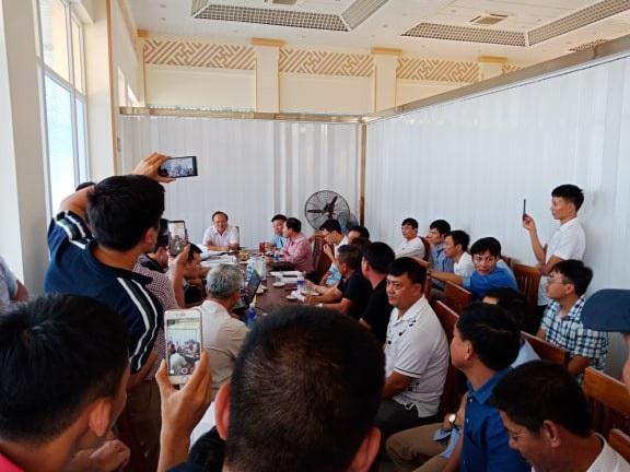 Nhiều doanh nghiệp dù đã đóng 52 tỷ đặt cọc nhưng không được đấu thầu đã bức xúc kéo lên trụ sở UBND TP Thanh Hóa yêu cầu trả lời thỏa đáng.