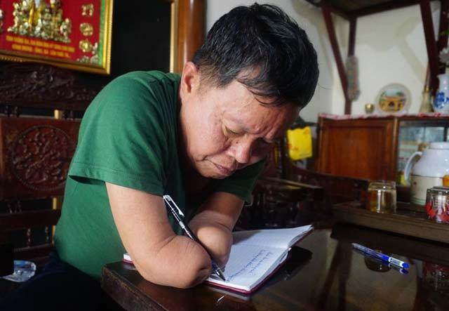 Không còn bàn tay để cầm bút, ông bắt hai mẩu thịt còn lại của hai cánh tay tuân theo sự điều khiển của mình. Với cách cầm bút này, ông Linh hầu như phải học lại cách viết chữ...