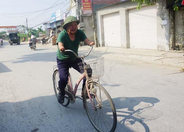 Với đôi tay bị cụt đến nửa cẳng tay ông vẫn đi xe đạp, chế thêm chiếc phanh bằng chân. Với chiếc xe đạp ấy, ông ngược xuôi Thanh Chương - Vinh để buôn lạc, san sẻ gánh nặng kinh tế cho vợ.