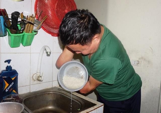 Bằng đôi tay này, ông có thể tự làm mọi việc trong gia đình, từ chăm con, nấu nướng...