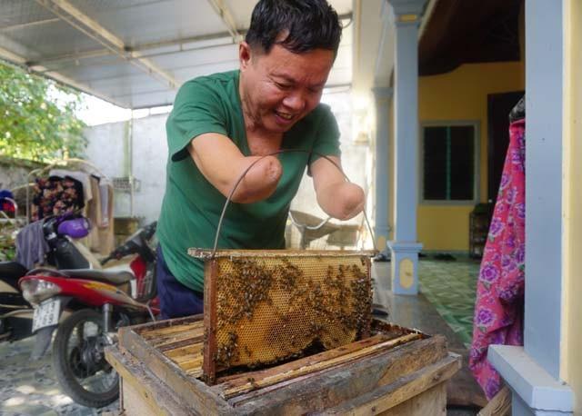 Mất đôi tay, ông bù lại bằng những cải tiến thiết bị đồ dùng để có thể tự làm mọi việc. Ở tuổi 70, thú vui của ông là lao động. Ông nuôi ong để phụ giúp con nuôi 2 cháu ăn học.