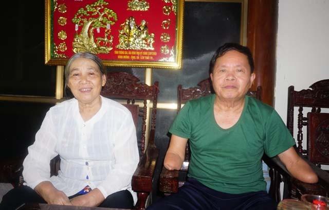 Bên người vợ tảo tần, người thương binh Nguyễn Văn Linh đã bắt đầu một hành trình mới đầy vất vả khó khăn để nuôi nấng 4 người con ăn học thành tài.