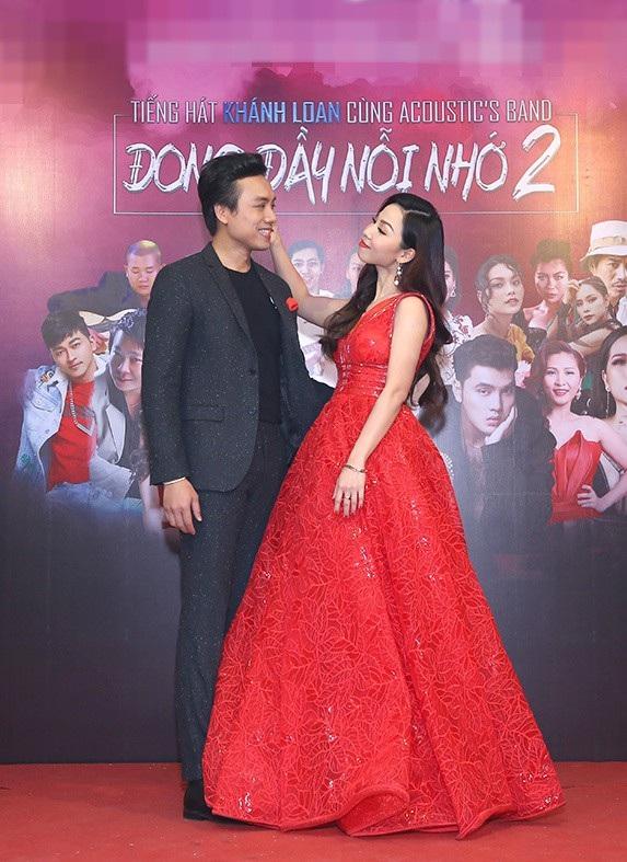 Khánh Loan và Dương Quốc Hưng thân thiết trên thảm đỏ.