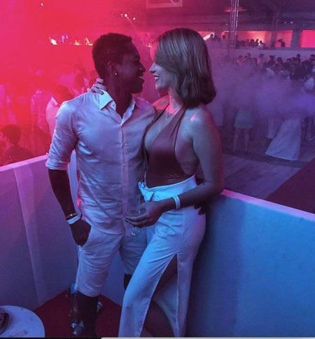 Ngoài ra, một mỹ nhân khác cũng nhận được sự yêu mến từ người hâm mộ MU, đó là Monique Salum, bạn gái chàng tiền vệ Fred