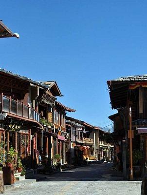 Phố cổ ở Shangri-la rộng rãi yên tĩnh hơn hẳn Lệ giang