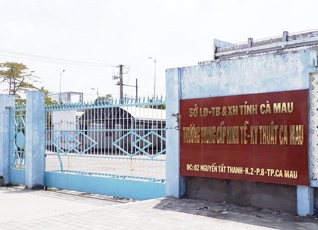 Trường Trung cấp Kinh tế - Kỹ thuật Cà Mau vẫn bao lương cho 2 viên chức dù đã được điều sang làm việc tại một đơn vị độc lập khác.