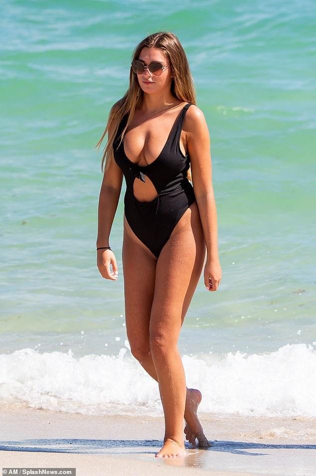 Zara McDermott khoe dáng đầy đặn trên bãi biển Miami ngày 7/11 vừa qua