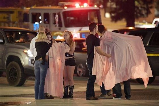 Một số người choàng khăn bước ra từ quán bar trong vụ xả súng tại California. (Ảnh: Twitter)