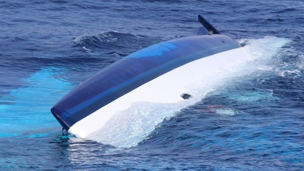 Chiếc thuyền của đôi vợ chồng bị lật úp khi tai nạn xảy ra