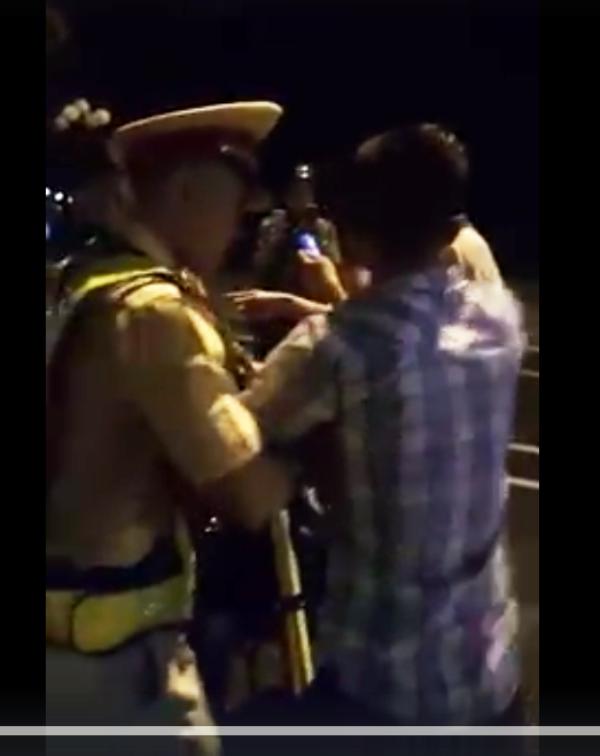 Chiến sĩ CSGT Quy Nhơn giằng co với thanh niên có biểu hiện say rượu.