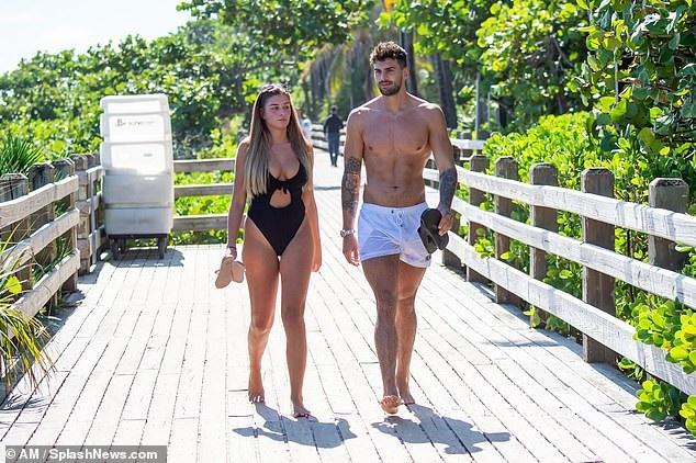 Zara McDermott và Adam Collard hẹn hò từ khi tham gia show truyền hình thực tế Love Island