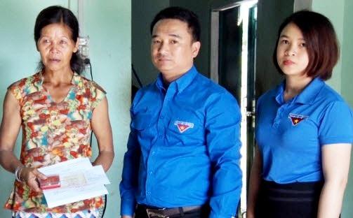 Đại diện tỉnh đoàn đã đến gia đình và truy tặng huy hiệu Tuổi trẻ dũng cảm đến em Ksor Nhuên.
