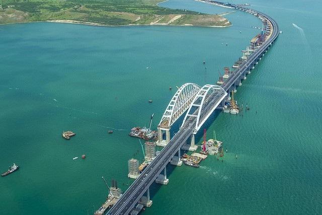 Cây cầu bắc qua eo biển Kerch nối đất liền Nga với bán đảo Crimea (Ảnh: Most.life)