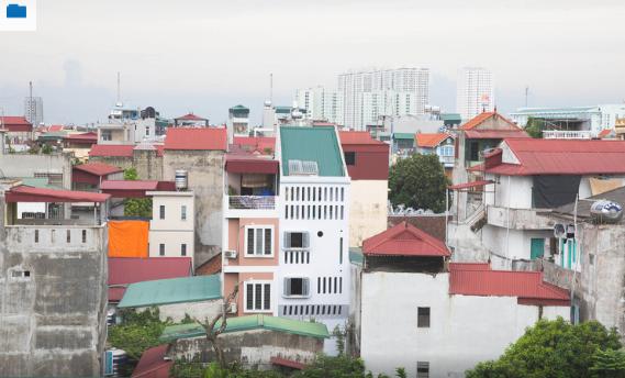 Moon house tọa lạc ở khu vực có mật độ dân cư cao tại Hà Nội.