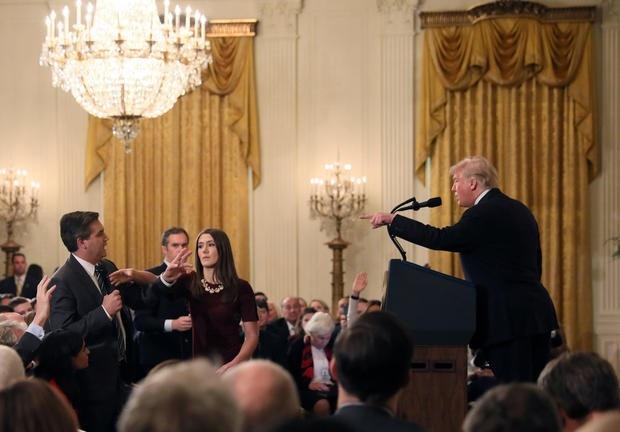 Tổng thống Trump và phóng viên CNN tranh cãi gay gắt tại họp báo. (Ảnh: Reuters)