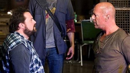 """Kevin Smith từng rất ngưỡng mộ Bruce Willis và thậm chí còn chấp nhận giảm thù lao để được làm việc với Willis trong phim hài """"Cop out"""". Tuy nhiên, Kevin Smith sau đó đã rất hối hận và cho biết Bruce Willis là """"kẻ bất hạnh, chua chát và xấu tính""""."""