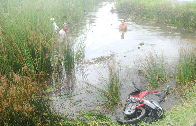 Nghi chủ nhân điều khiển xe máy có thể rơi xuống vuông tôm mất tích, gia đình và người dân mò tìm nhưng vẫn không thấy ở đâu. (Ảnh: CTV)